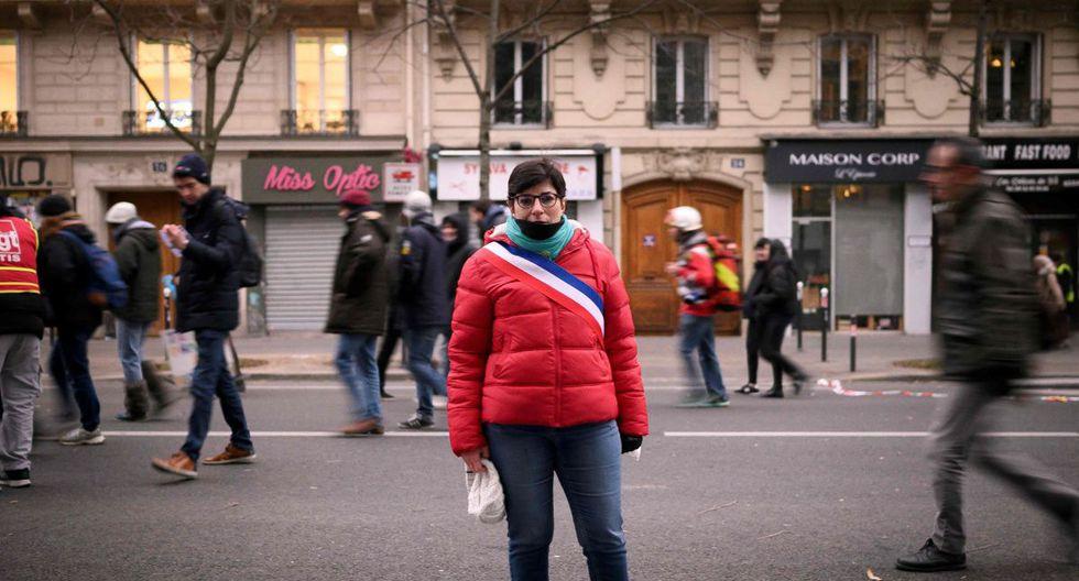 Fabienne, una empleada bancaria de 48 años y vicealcalde posa para una foto durante una manifestación para protestar contra las reformas de las pensiones, en París, el 5 de diciembre de 2019 como parte de una huelga general nacional. (AFP)