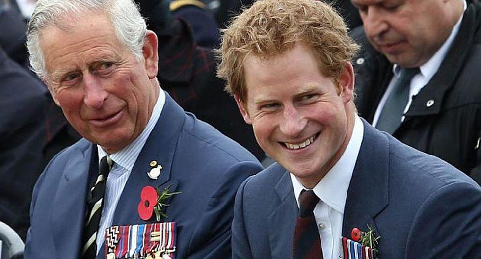 Príncipe Carlos (izquierda) y el príncipe Harry (Foto: AFP)