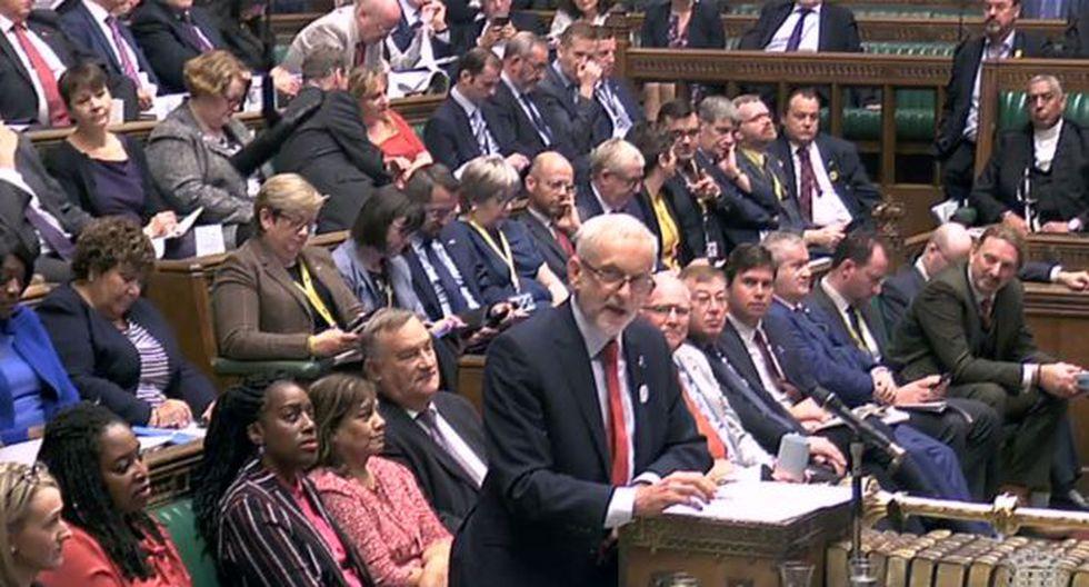 El principal líder de la oposición del Partido Laborista británico, Jeremy Corbyn, formulando una pregunta durante la sesión semanal de preguntas y respuestas. (Foto: AFP)