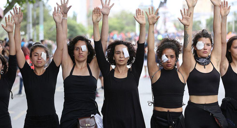 Personas realizan una intervención urbana en Plaza Italia, en memoria de personas fallecidas durante la crisis social que vive el país, este viernes en Santiago. (Foto: EFE)