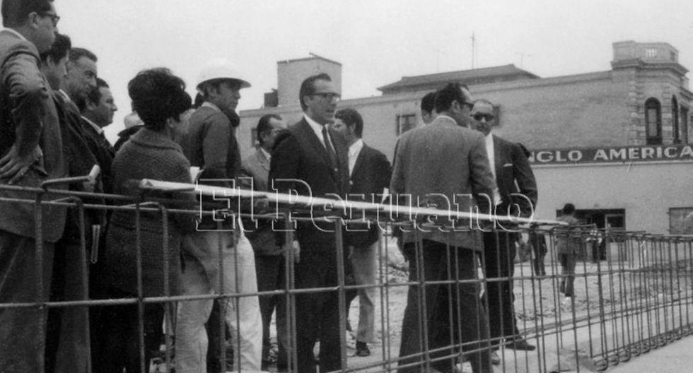 30 octubre 1969 / El alcalde de Lima, Luis Bedoya Reyes, supervisa las obras de la Vía Expresa de Lima. (Foto: Agencia Andina)