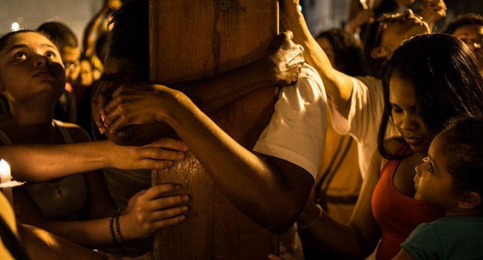 Jóvenes celebran y salen a las calles en la espera de recibir al papa Francisco en Brasil (Foto: AFP)