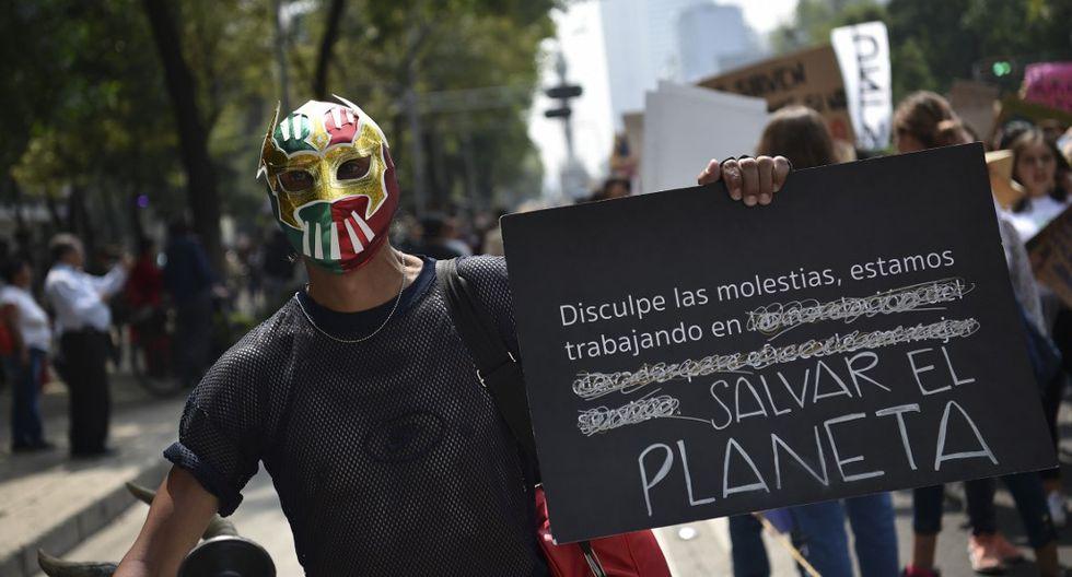 Niños, jóvenes y adultos marchan contra el cambio climático, y desatan su protesta a través de creativos mensajes en pancartas. (Foto: AFP)