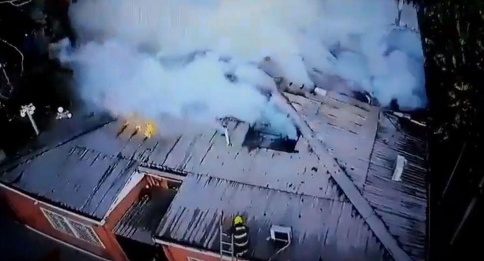 Los bomberos intentando controlar el incendio en el municipio de Quilpué, Chile. (Foto: Twitter/@bomberosCBQ)