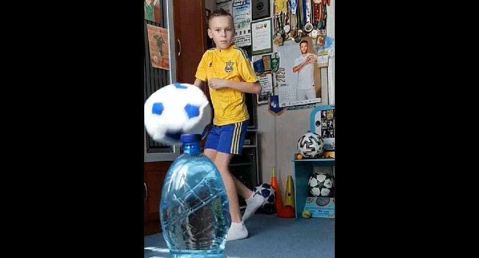 Niño destapa una botella con una pelota y causa sensación. (Captura: YouTube)