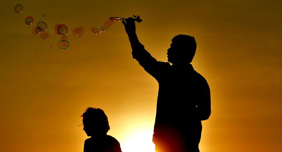 Padre e hija juega en el atardecer de Sri Lanka
