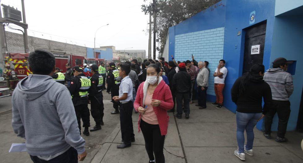 El incendio ocurre frente a una institución educativa. (Fotos: Andrés Paredes)
