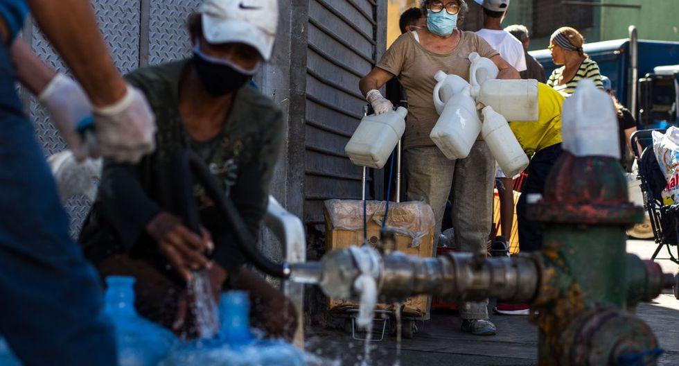 """Como una estrategia para """"cortar la cadena de contagio"""" el gobierno del presidente Nicolás Maduro suspendió vuelos y decretó cuarentena a mediados de marzo. """"Quédate en casa"""" es el eslogan oficial. (Foto: AFP/Cristian Hernández)"""