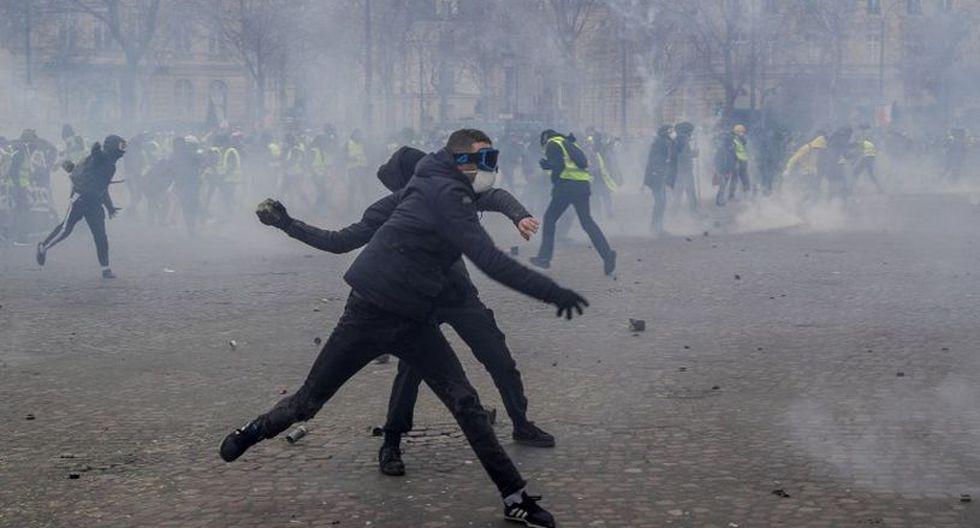 Las fuerzas del orden respondieron con gases lacrimógenos y cañones de agua. (Foto: AFP)