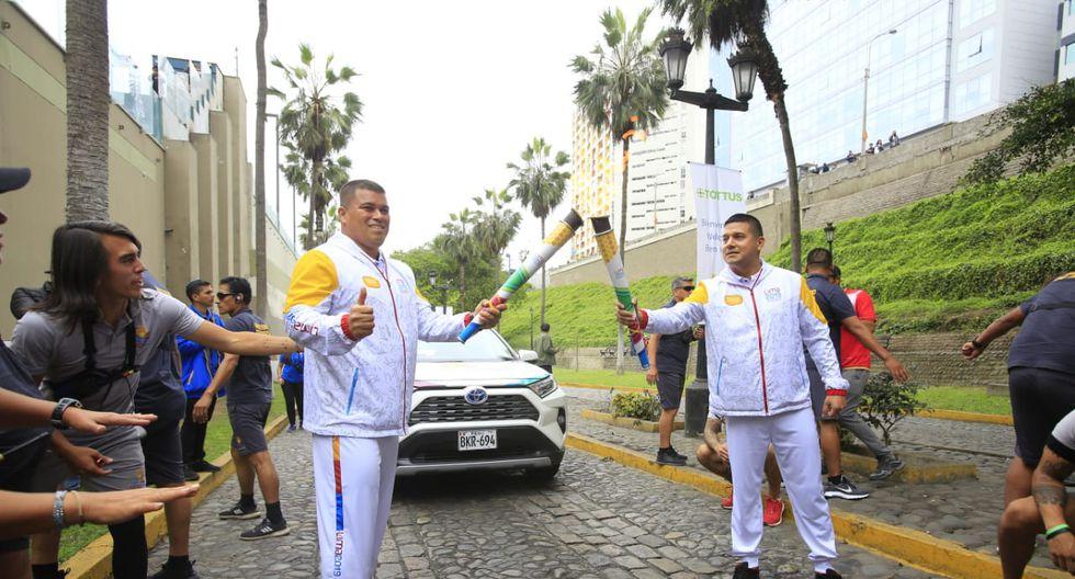El atleta de lanzamiento de disco, Carlos Felipa también fue uno de los encargados de sostener la antorcha. (Foto: Jessica Vicente)