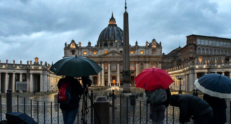 Los periodistas tuvieron que seguir la misa del papa Francisco en las afueras de la plaza. (Foto: AFP)