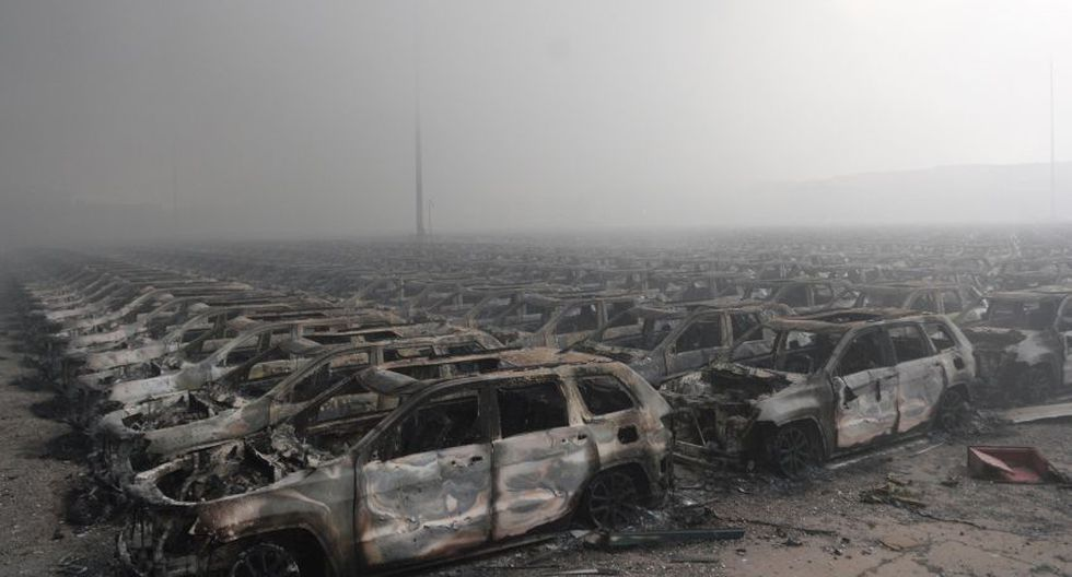 Autos quemados tras la explosión en la región china de Tianjin (Foto: AFP)