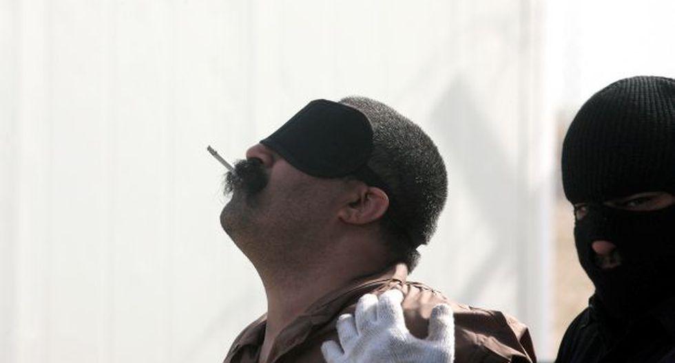 Árabe fumando su último cigarrillo minutos antes de ser ejecutado.