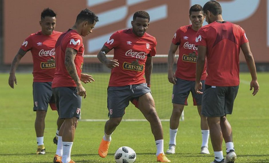 Selección Peruana se despide los hinchas en el encuentro ante Escocia (Foto: AFP)