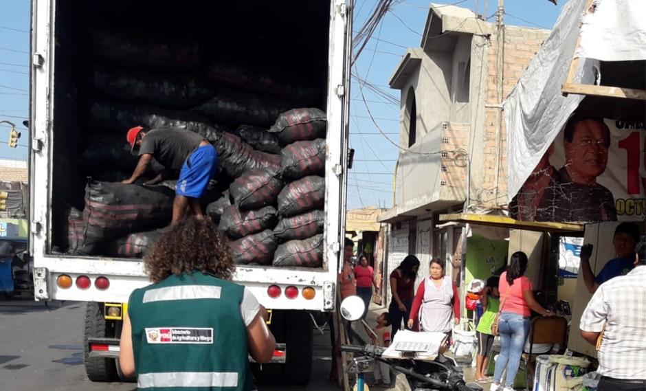 El vehículo trasportaba 377 sacos de polietileno negro que contenía carbón vegetal de algarrobo con una Guía de Transporte Forestal (GTF) falsa. (Foto: @SerforPeru)