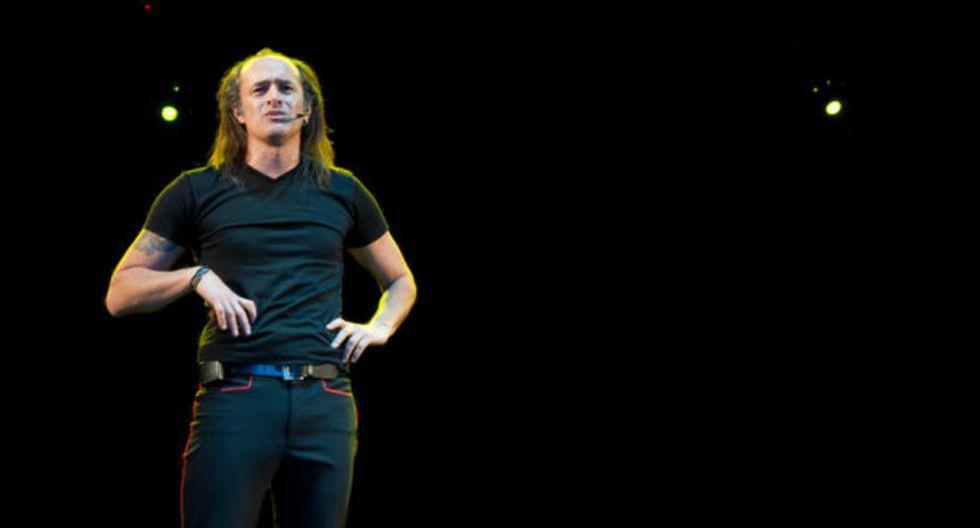3.A partir de 2007, inició con bastante éxito un show unipersonal de comedia, titulado 'Asu Mare', que en 2013 fue llevado al cine. (Foto: Facebook de Carlos Alcántara)