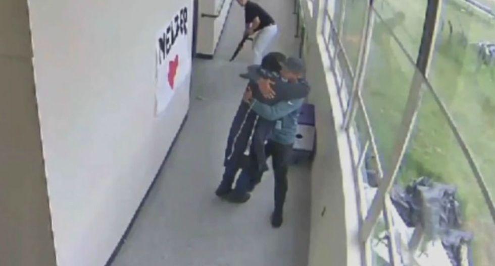 Un entrenador de fútbol logró desarmar a un estudiante que había ingresado a la escuela con una escopeta oculta bajo su abrigo. (Foto: Captura)
