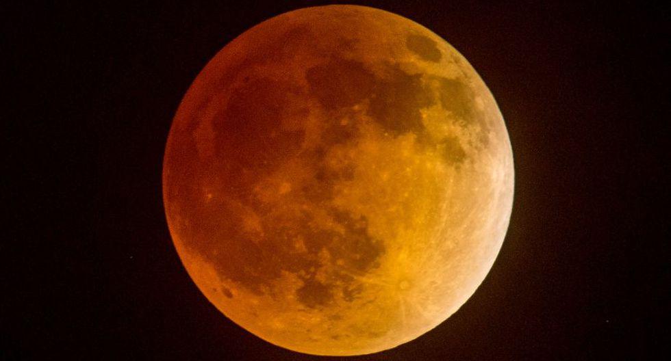 Las partículas atmosféricas refractaron la luz del Sol y solo dejaron pasar la luz roja, dándole ese extraño color. (Foto: AFP)