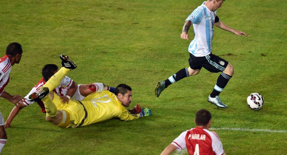 Messi abriéndose paso en el partido ante Paraguay por la Copa América (Foto: AFP)