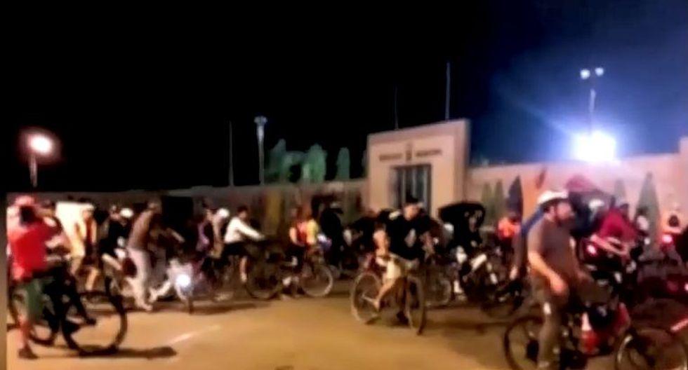 Grupo de ciclistas rompieron las mallas en protesta de la pronta inauguración del Puente de la Amistad, que unirá los malecones de San Isidro y Miraflores. (Captura: América Noticias)