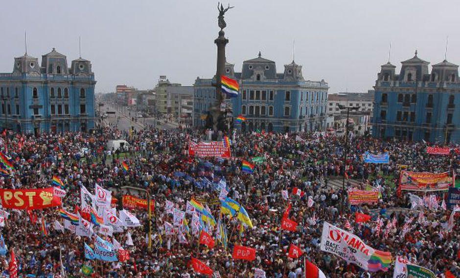 Trabajadores reunidos en la plaza 2 de mayo, frente a la CGTP (Confederación General de Trabajadores del Perú).
