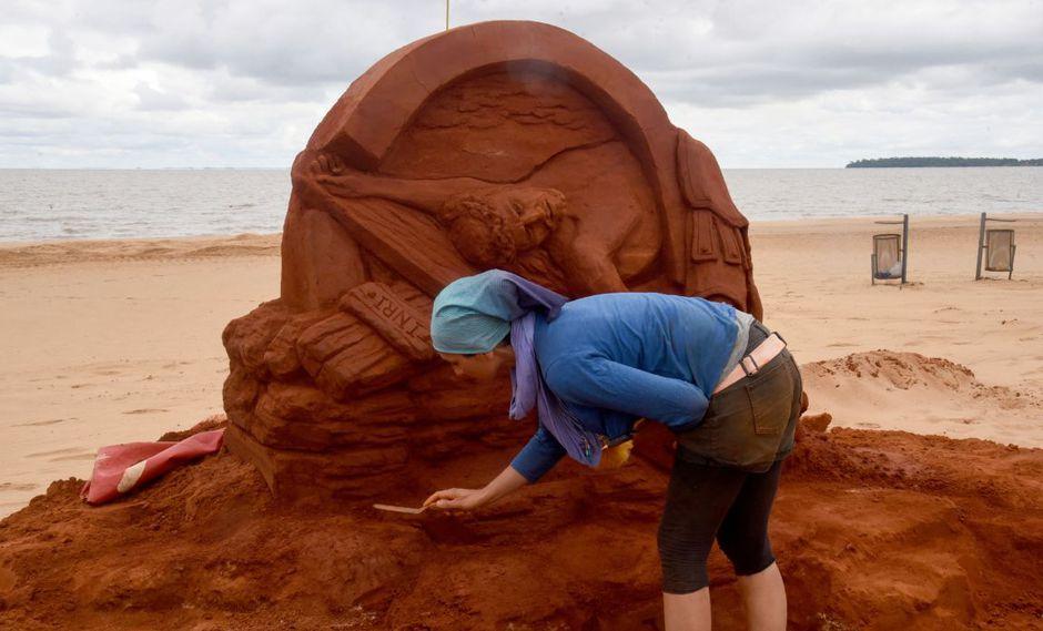 Estaciones del Vía Crucis esculpidas en arena a orillas del río Paraná   FOTOS