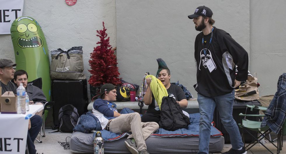 """Star Wars fans wait outside the TCL Chinese Theater one week before the release of """"Star Wars: The Rise of Skywalker"""" movie in Hollywood, California on December 12, 2019. - The new movie will be released on December 20 in the US and is the third installment of the Star Wars sequel trilogy. (Photo by Mark RALSTON / AFP)"""