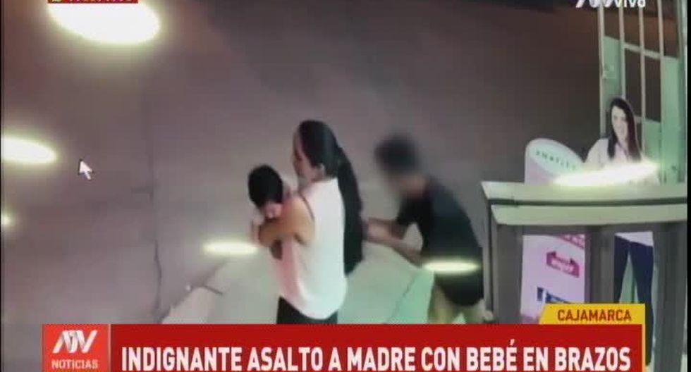 Cámaras de seguridad de una botica registraron el robo a una madre de familia con su bebé en brazos. (Foto captura: ATV)