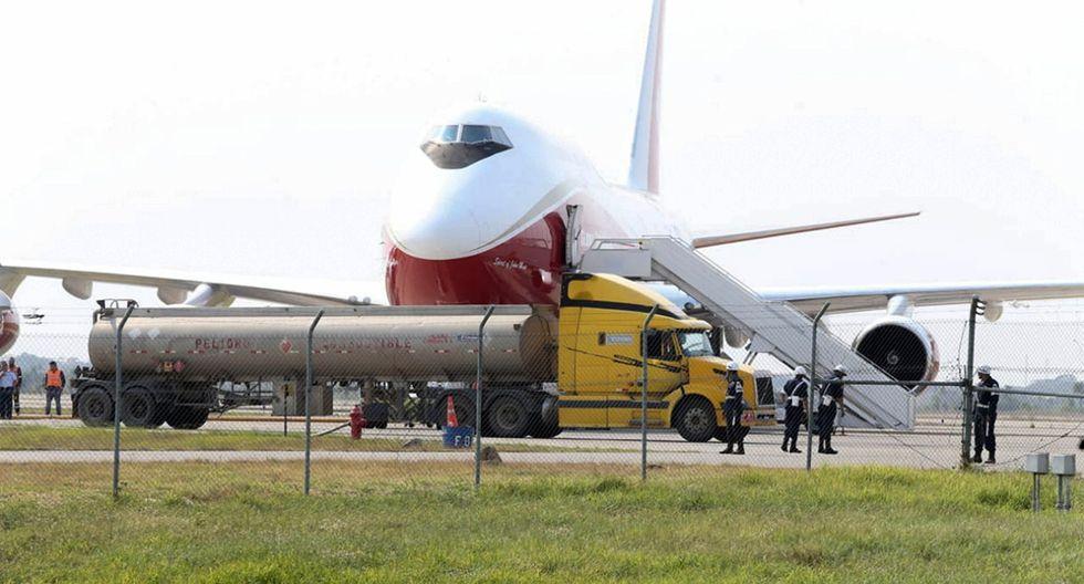 El gran avión que contrató Bolivia para intentar apagar el fuego en su Amazonía fue cargado con agua para sofocar las llamas. (Foto: EFE)