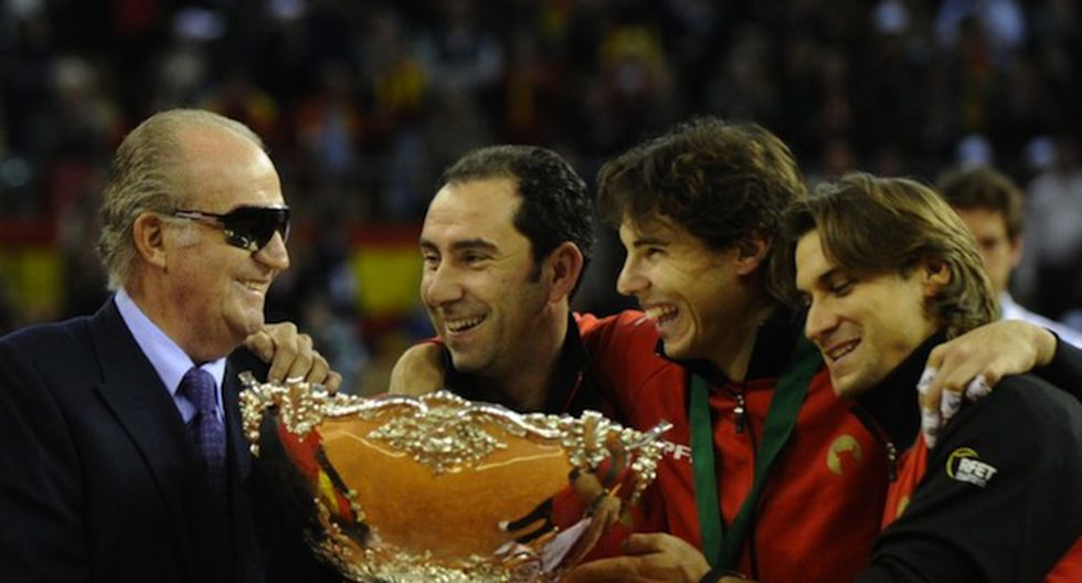 Los tenistas junto al rey Juan Carlos. (AFP)