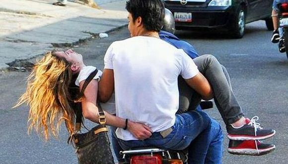 Esta imagen fue difundida por CNN como el momento en que la Carmona estaba siendo trasladada a un centro hospitalario. (Foto: Twitter)