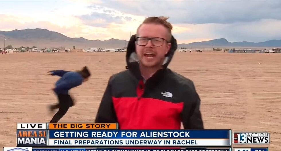 Reportero informaba en vivo sobre asalto al Área 51 y capta a joven que corre como Naruto. El video es viral en YouTube. (KTNV Channel 13 Las Vegas)