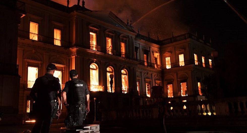 Funcionarios del Museo Nacional de Río lograron rescatar algunas piezas pero luego la policía les impidió el paso.   Foto: AFP