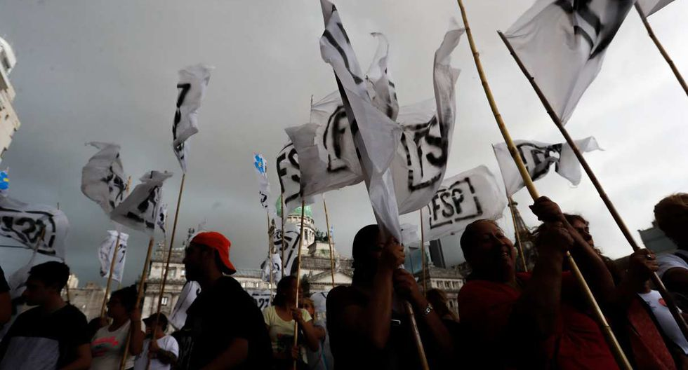 """Frente al Congreso, unos jóvenes colgaron una gran bandera con la leyenda """"Paro general ya"""". (Foto: EFE)"""