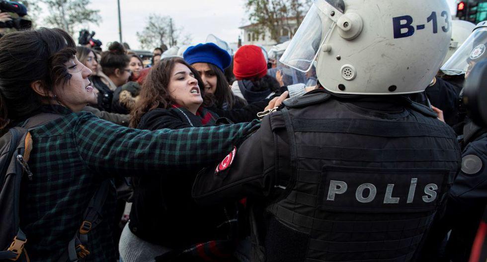 Al acabar de cantar una versión en turco de la canción, la Policía requisó el megáfono a las manifestantes que optaron por repetir la canción en su versión original en español, pero ya sin medios técnicos. (EFE)