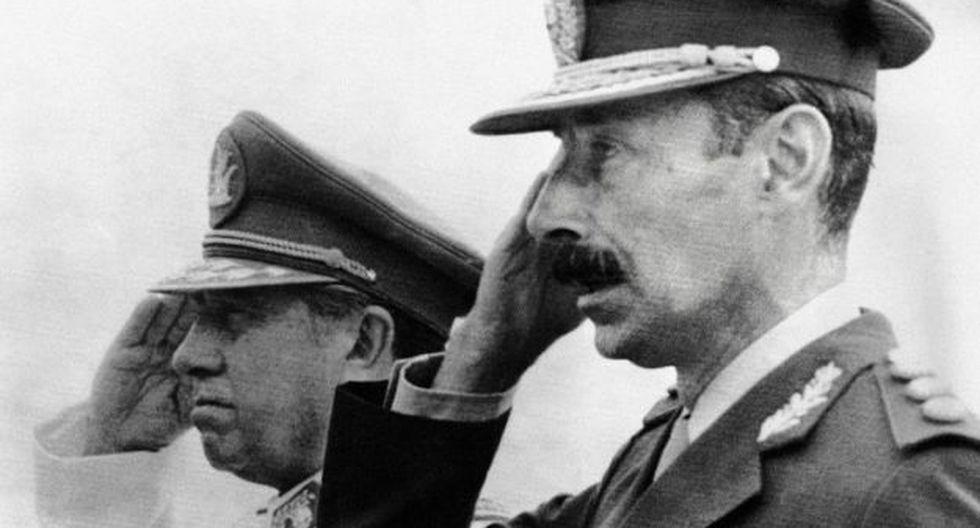 El dictador Augusto Pinochet (izq.) junto a Jorge Videla durante su visita oficial en Chile (Foto: AFP)