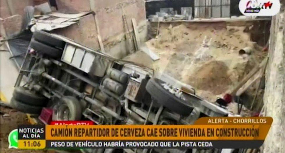 El accidente ocurrió al promediar las 9:00 a.m. La pista y vereda cedieron al peso del vehículo. (ATV+)
