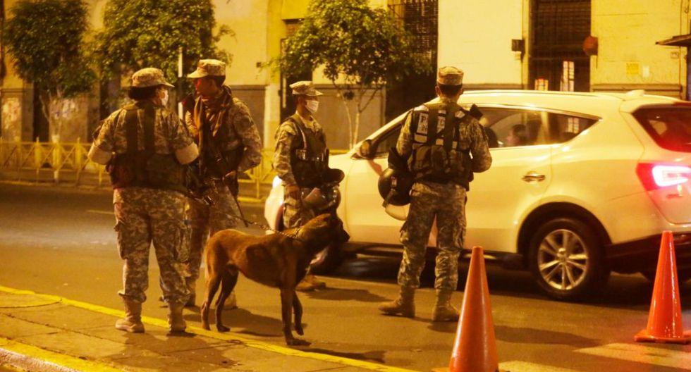 Los militares y policías son los encargados de supervisar el tránsito vehicular durante la cuarentena. (GEC)