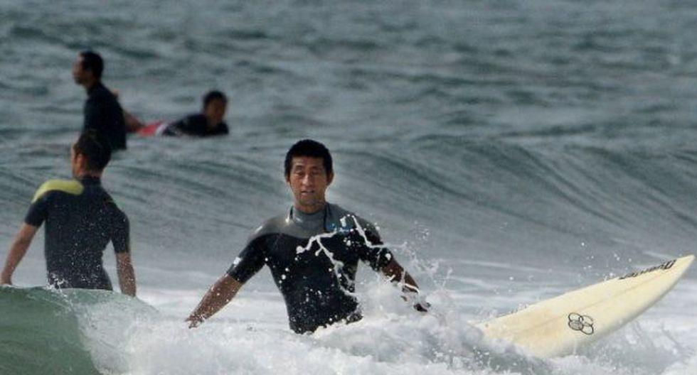 Surfista en la playa Toyoma (Foto: AFP)