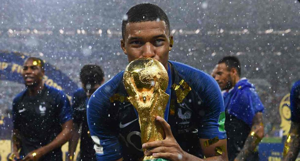 -- AFP PICTURES OF THE YEAR 2018 --  France's forward Kylian Mbappe kisses the World Cup trophy after winning the Russia 2018 World Cup final football match between France and Croatia at the Luzhniki Stadium in Moscow on July 15, 2018. RESTRICTED TO EDITORIAL USE - NO MOBILE PUSH ALERTS/DOWNLOADS   / AFP / FRANCK FIFE / RESTRICTED TO EDITORIAL USE - NO MOBILE PUSH ALERTS/DOWNLOADS