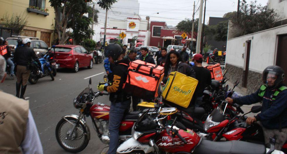 Fiscalizadores municipales y policías de tránsito intervinieron a los motociclistas. (Difusión)