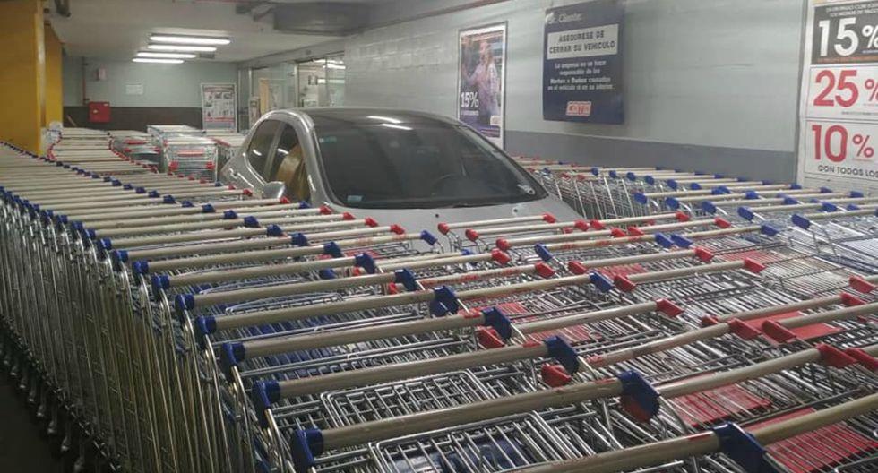 Se viralizó en Facebook la reacción de unos empleados al ver que un cliente se había estacionado mal. (Foto: Facebook/Arnold Angelini)