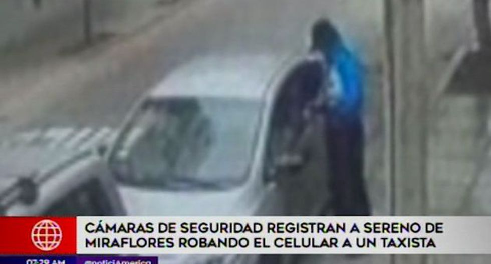Agente fue captado por cámaras de seguridad cuando realizó el robo del celular. (Captura: América Noticias)