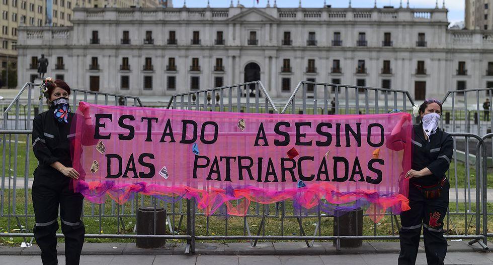 """Mujeres sostienen una pancarta con el mensaje: """"Estado asesino. Das Patriarcadas"""". (Foto: AFP)"""
