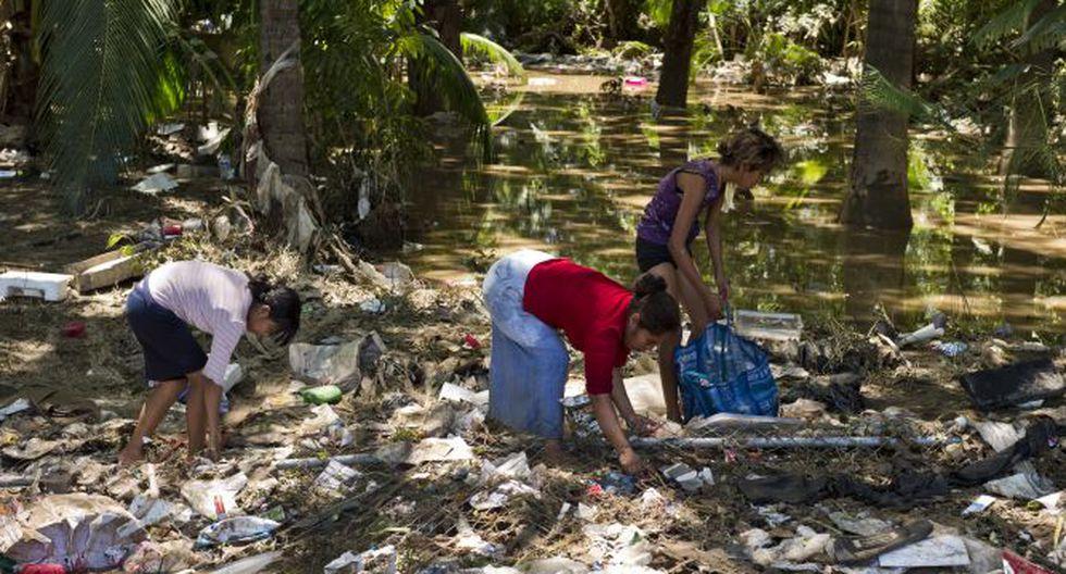 Residentes de Acapulco, en el estado de Guerrero, buscan comida en medio de los escombros. (Foto: AFP)