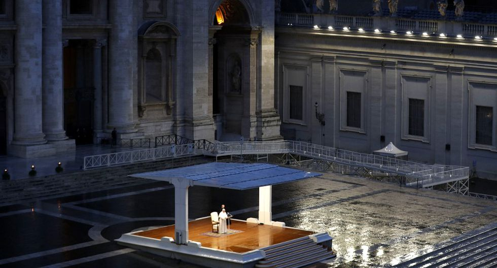 Una vista general muestra al papa Francisco presidiendo un momento de oración en el sagrato de la Basílica de San Pedro, completamente vacía. (Foto: AFP)