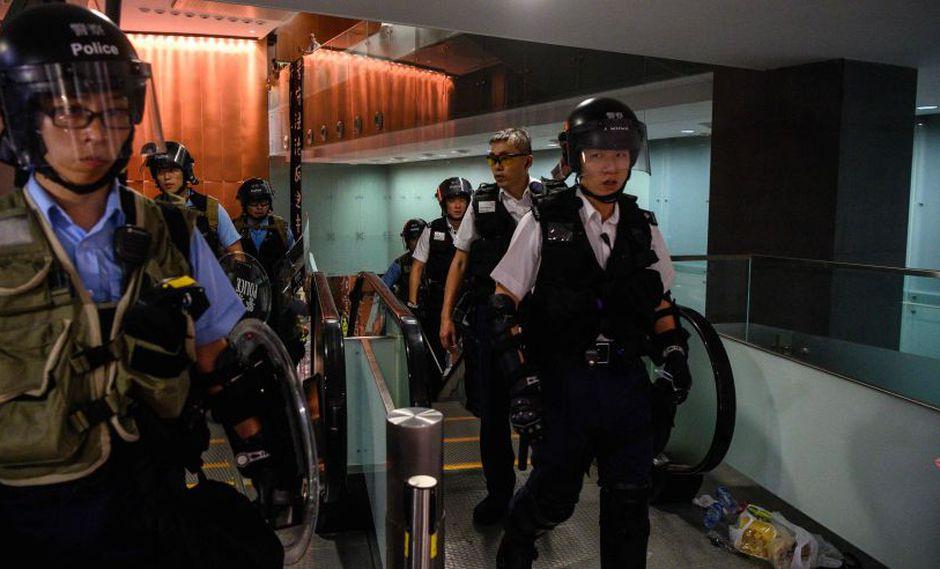 Policía de Hong Kong recupera el control del Parlamento tras invasión de manifestantes