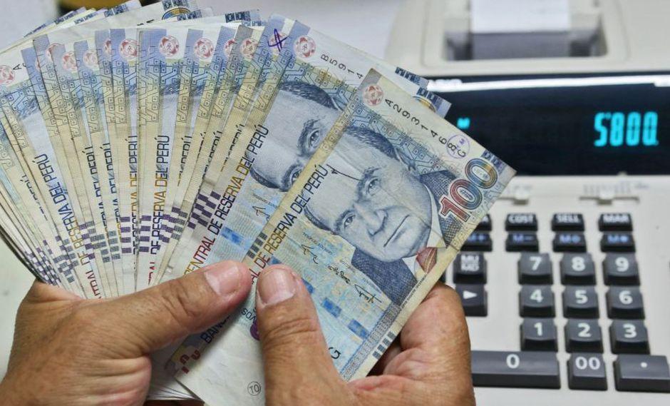 La gratificación por Navidad equivaldrá a una remuneración íntegra si el trabajador laboró todo el último semestre. (Andina)