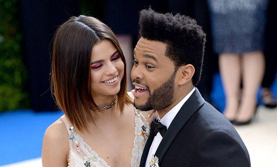 Selena Gomez junto a The Weeknd en la alfombra roja (Foto: Getty Images)