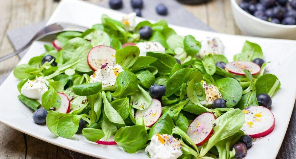 La vitamina C  tiene propiedades antioxidantes. La vitamina E, también actúa como fotoprotector, se puede hallar en los aceites vegetales, frutos secos, germen de trigo y verduras de hoja verde. (Foto: Pixabay)
